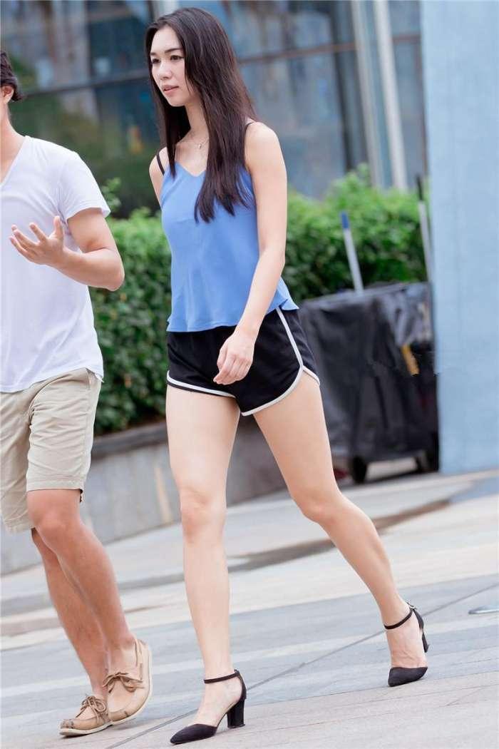 我站着干女人_街拍:穿运动短裤的高挑美女,我想和你一起做运动