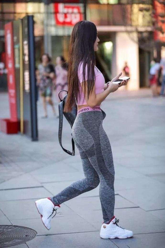 美女拖光了衣服让男玩_街拍:搭配紧身裤的丰臀美女,美腿粗壮是否有男人喜欢